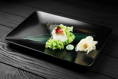 Japanische geschmackvolle temaki Sushi auf schwarzem Hintergrund Lizenzfreie Stockbilder