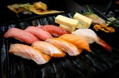 Japanische köstliche Sushi der rohen Fische im Schwarzblech Stockbild