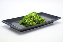 Japanische Küche, Meerespflanze-Salat in der schwarzen Platte stockfotos