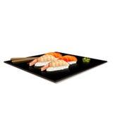 Japanische Küche: Sushi auf einer Platte mit Reflexion Stockfotografie