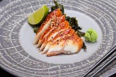 Japanische Küche Sushi auf einer runden Steinplatte Lizenzfreies Stockbild