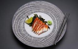 Japanische Küche Sushi auf einer runden Steinplatte Stockfotografie