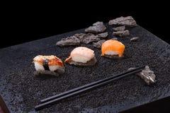 Japanische Küche Sushi auf Hintergrund lizenzfreie stockfotografie