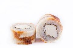 Japanische Küche, Sushi eingestellt: rollen Sie mit Aal, Frischkäse auf einem weißen Hintergrund Stockfotografie