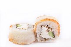 Japanische Küche, Sushi eingestellt: rollen Sie mit Aal, Frischkäse, Gurke, teriyaki Soße, indischer Sesam auf einem weißen Hinte Lizenzfreie Stockbilder