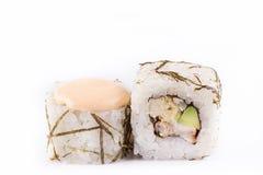 Japanische Küche, Sushi eingestellt: rollen Sie mit auf Aal, japanisches Omelett, Avocado, würzige Soße ein weißer Hintergrund Lizenzfreie Stockfotografie