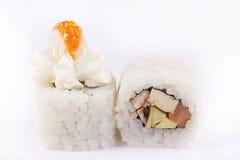 Japanische Küche, Sushi eingestellt: rollen Sie mit Lachsen, Aal-, Frischkäse, Avocado, japanischem Omelett und Lachskaviar auf e Stockfotografie