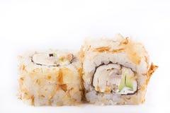 Japanische Küche, Sushi eingestellt: rollen Sie mit Schnitzeln des Thunfischs, Aal, geschmolzener Käse, Avocado auf einem weißen  Stockfotografie