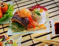 Japanische Küche: Sushi, Rollen, Wolfsbarschfische mit Garnele und Meerespflanze stockfotos