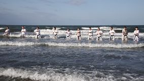 Japanische Karatekampfkünste, die am Strand ausbilden stock footage