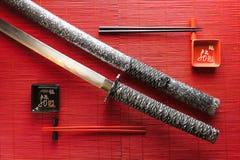 Japanische Klinge auf einer Bambusmatte stockfotografie
