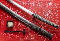 Japanische Klinge auf einer Bambusmatte Stockbild