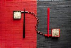 Japanische Klinge auf einer Bambusmatte stockfotos