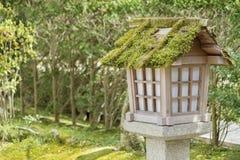 Japanische Laterne im Garten Lizenzfreies Stockbild
