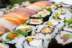 Japanische Lebensmittel-Nahaufnahme Köstliche Vielzahl der exotischen Sushimeeresfrüchte lizenzfreie stockbilder