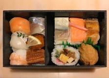 Japanische Lebensmittelguckkastenbühne oder bento, MischungsMeeresfruchtsashimi mit Reis Stockbilder