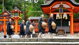 Japanische Mönche am shintoistischen Schrein Stockbilder