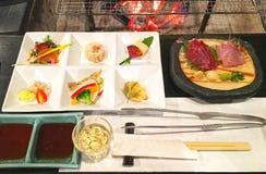 Japanische Mahlzeit mit appertizer und gegrilltem Fleisch stockbilder