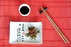 Japanische Mahlzeiten auf roter Matte mit Steuerknüppeln Stockbilder