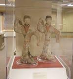 Japanische Marmordoppelstatuetten auf Anzeige in einem Museum Stockfotografie