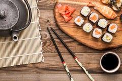 Japanische Meeresfrüchterollen und -sushi mit Garnele Stockfotografie