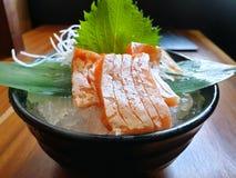 Japanische Nahrungsmittelart, Abschluss oben des Lachsbauchsashimis mit Bambusblättern auf Eis stockbild