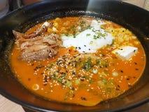 Japanische Nahrungsmittelart, Draufsicht von Ramen mit chashu Schweinefleisch, weiche gekochte Ei, heiße und saure Suppe besprüht stockfotografie