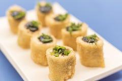 Japanische Nahrungsmittelrollen auf weißer Platte lizenzfreie stockfotografie