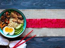 Japanische Nudeln rollen mit Huhn, Karotten, Avocado Stockbilder
