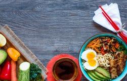 Japanische Nudeln rollen mit Huhn, Karotten, Avocado Lizenzfreie Stockfotos