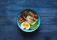Japanische Nudeln rollen mit Huhn, Karotten, Avocado Stockbild