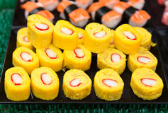 Japanische Omelettrolle mit nachgemachtem Krabbenstock Stockbild