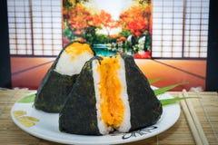 Japanische onigiri Sushi auf Teller und traditioneller Matte Stockfotografie