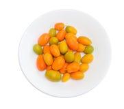 Japanische Orangen auf weißem Teller auf einem hellen Hintergrund Lizenzfreie Stockbilder