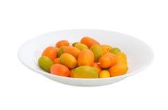 Japanische Orangen auf weißem Teller auf einem hellen Hintergrund Lizenzfreies Stockfoto