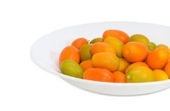 Japanische Orangen auf weißer Tellernahaufnahme auf einem hellen Hintergrund Stockfoto