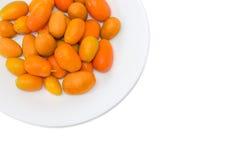 Japanische Orangen auf weißer Tellernahaufnahme auf einem hellen Hintergrund Lizenzfreies Stockfoto