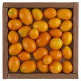 Japanische Orangen in einem rustikalen, hölzernen Kasten lizenzfreie stockfotos