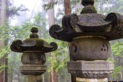 Japanische Pagoden im Nebel lizenzfreie stockbilder