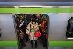 Japanische Pendler auf einem Zug Lizenzfreie Stockfotos