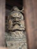 Japanische Pförtnerstatue mit Ärgergesicht stockfotografie