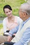 Japanische Pflegekräfte und Senior sprechen auf dem Gebiet stockbilder
