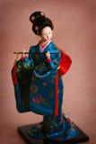 Japanische Porzellanpuppe im blauen Kimono Stockfotografie