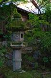 Japanische Steinlaterne Stockfotos