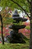 Japanische Steinlaterne am Eikando-Tempel in Kyoto stockfoto