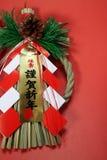 Japanische Strohseildekoration des neuen Jahres im Rot Stockfotos