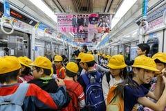 Japanische Studenten auf einer Untergrundbahn in Osaka Stockfotos