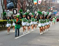 Japanische Stuhlführer für St Patrick Tagesparade Stockbild