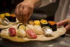 Japanische Sushi in der Herstellung Stockfotografie