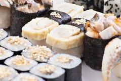 Japanische Sushi der Nahaufnahme auf einer weißen Platte. Sushiset stockfotos